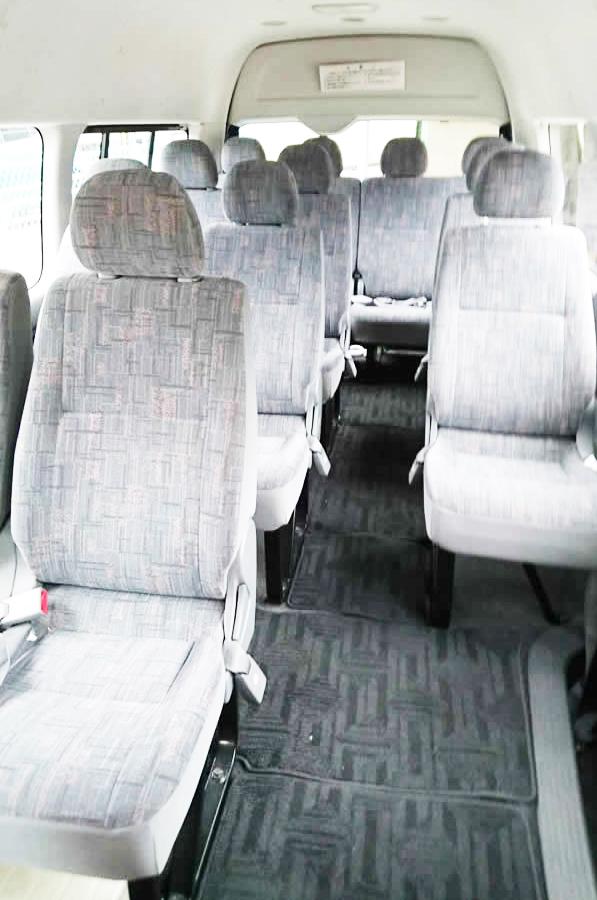 14人乗りマイクロバス車内