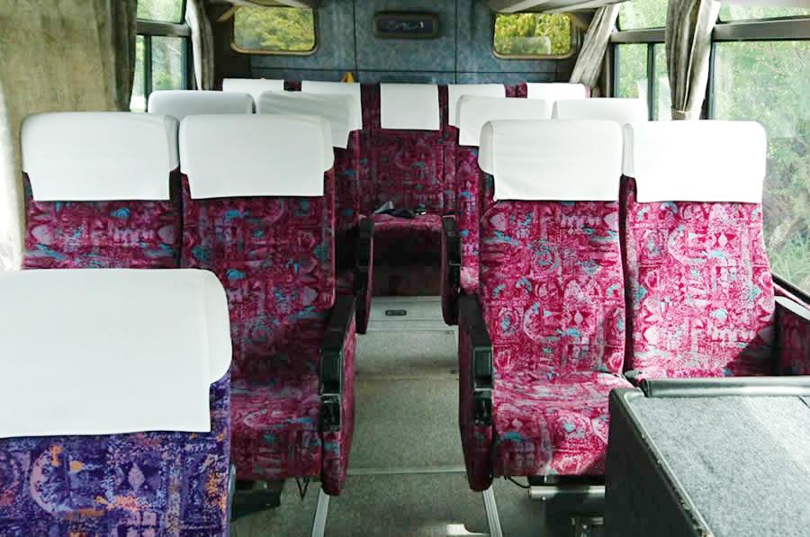 27人乗り中型サロンバス車内後部座席